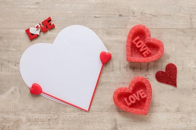 木製の背景にバレンタインデーハート 無料写真