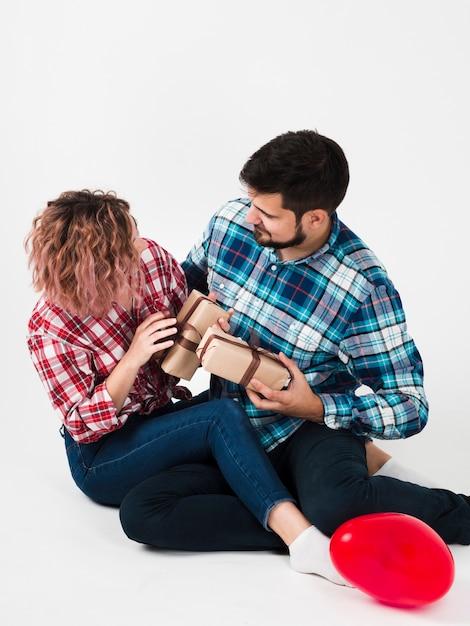 バレンタインのためにお互いに贈り物をするカップル 無料写真