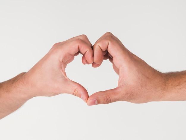 Мужчины, делающие символ сердца руками Бесплатные Фотографии