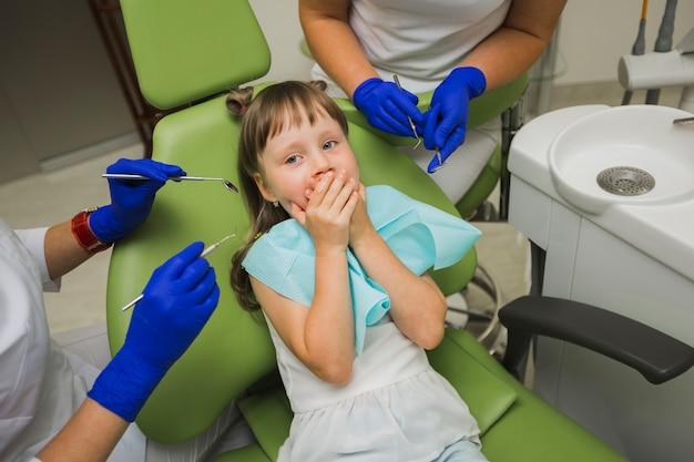 Девушка у стоматолога боится оборудования Бесплатные Фотографии