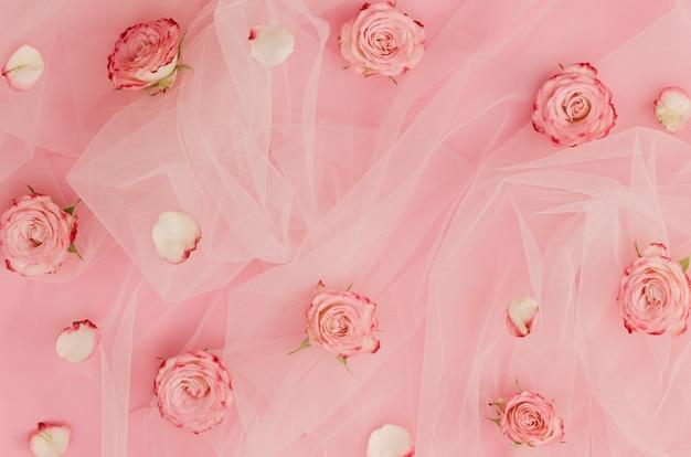 Милые розы на тюлевой ткани Бесплатные Фотографии