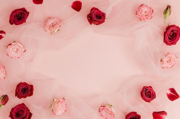 赤とピンクのバラのコピースペース 無料写真