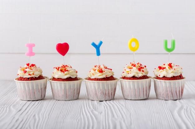 Вид спереди кексы со свечами Бесплатные Фотографии