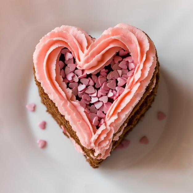 フロスティングとハート型のケーキのスライスのクローズアップ 無料写真