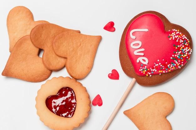スティックにハート型のクッキーのフラットレイアウト 無料写真