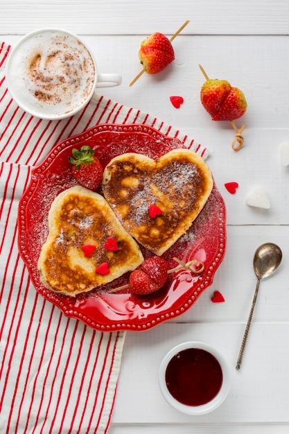 いちごジャムとパンケーキのフラットレイアウト 無料写真