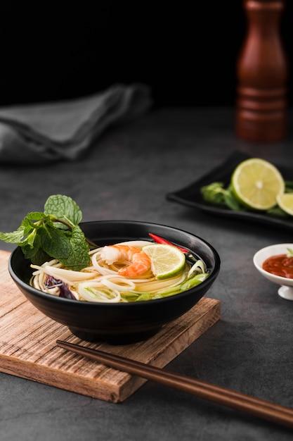 麺と箸のスープの高角 無料写真