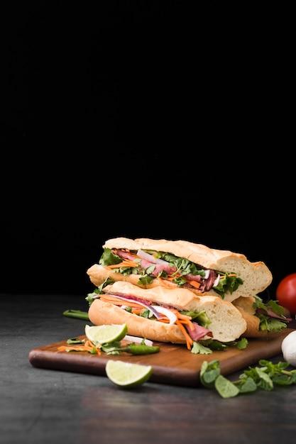 積み重ねられた新鮮なサンドイッチの正面図 無料写真