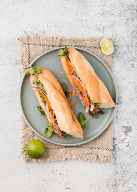 Вид сверху свежих бутербродов на тарелку Бесплатные Фотографии