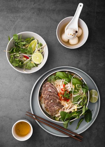 Вид сверху разнообразных вьетнамских блюд Бесплатные Фотографии