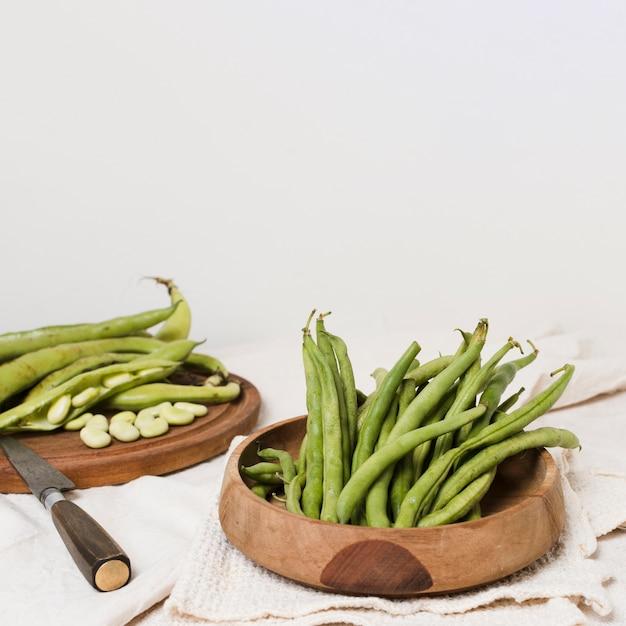 ナイフとコピースペースでボウルに豆の高角 無料写真