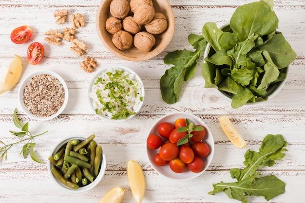 クルミとサラスと健康食品のボウル 無料写真