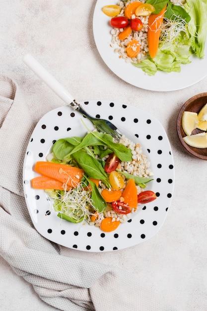 ニンジンと他の健康食品のプレートのトップビュー 無料写真