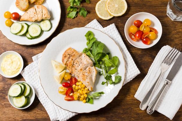 さまざまな野菜と鶏の胸肉のトップビュー 無料写真