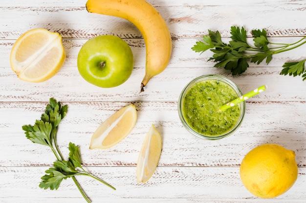 リンゴとバナナの健康的なスムージーのグラスのフラットレイアウト 無料写真