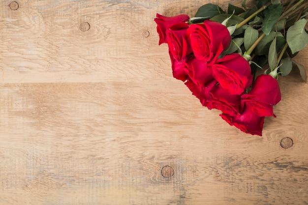 木製のテーブルにバラの花束 無料写真