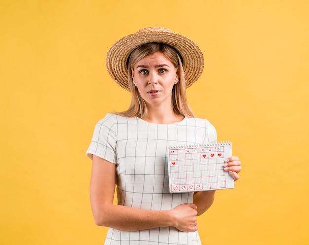 Красивая молодая женщина в шляпе с боли в животе Бесплатные Фотографии