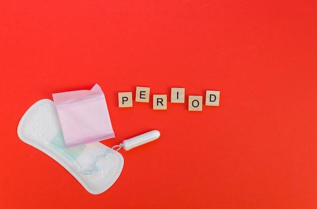 スクラブル文字とパッドとタンポンでピリオドワード 無料写真