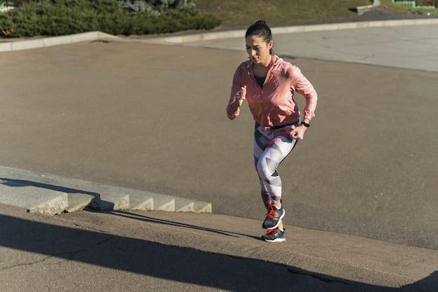 Подходит молодая женщина, растяжения на открытом воздухе Бесплатные Фотографии
