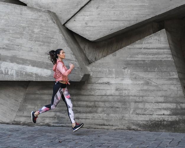 Молодая женщина, бег на открытом воздухе Бесплатные Фотографии