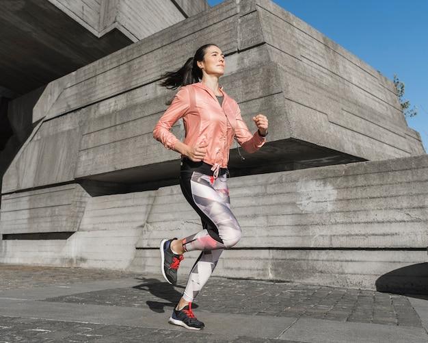 走っているアクティブな女性の肖像画 無料写真