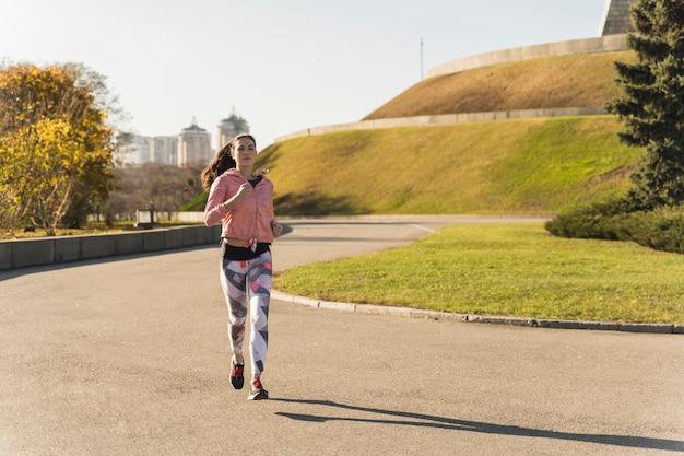 公園で走っているアクティブな若い女性 無料写真