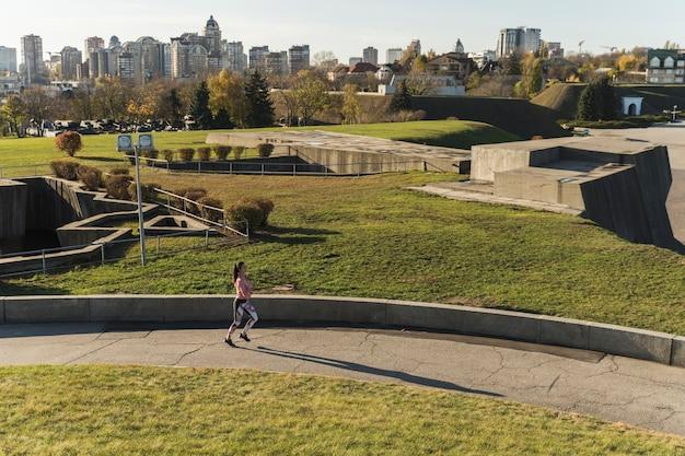 Длинный выстрел спортсмена бегом в парке Бесплатные Фотографии