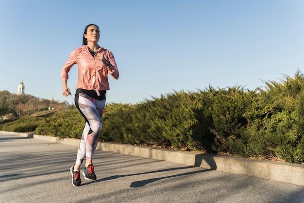 屋外を実行しているアクティブな若い女性 無料写真