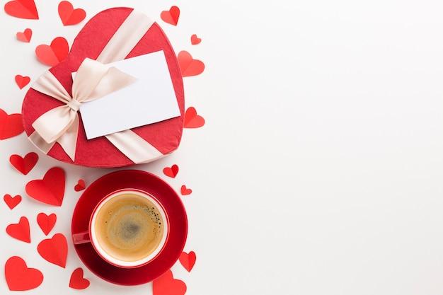 Взгляд сверху чашки кофе и подарка дня валентинок Бесплатные Фотографии