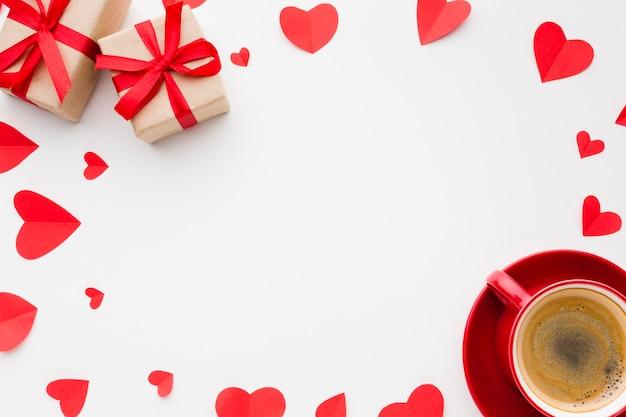 Вид сверху бумажных форм сердца и кофе на день святого валентина Бесплатные Фотографии