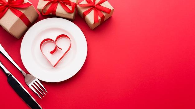 Плоская планировка в форме сердца на тарелке Бесплатные Фотографии