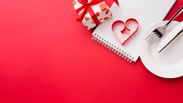 プレートとバレンタインデーのプレゼントでノートに紙のハート形 無料写真