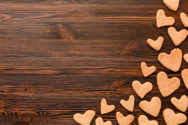 木製の背景にハート型のバレンタインの日クッキーのトップビュー 無料写真