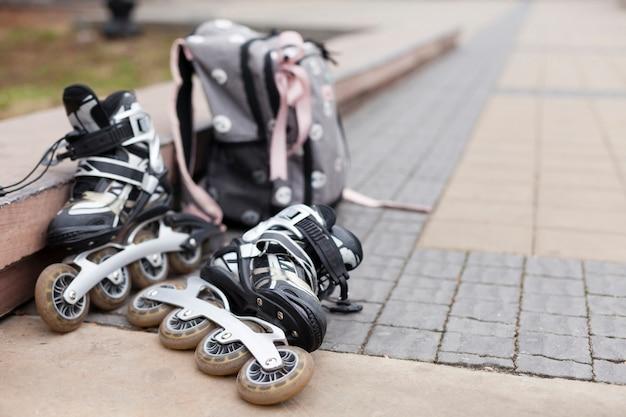 Расфокусированные ролики на асфальте с рюкзаком Бесплатные Фотографии