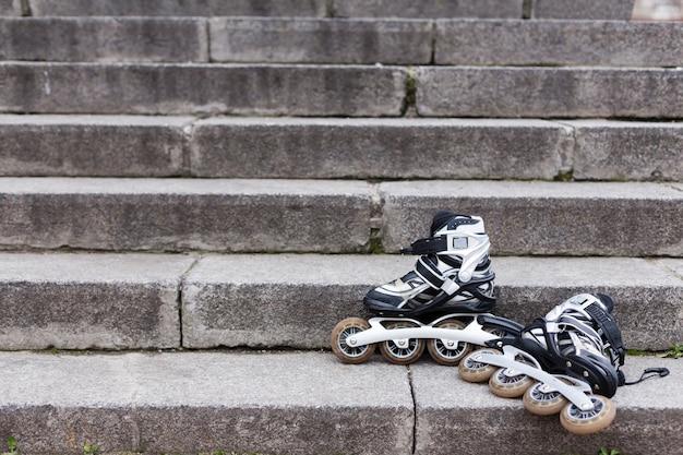 Вид спереди роликовых ножей на лестнице с копией пространства Бесплатные Фотографии