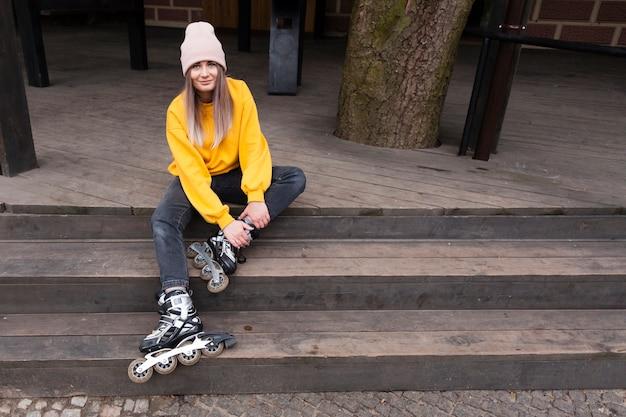 Женщина позирует счастливо с роликами на лестнице Бесплатные Фотографии