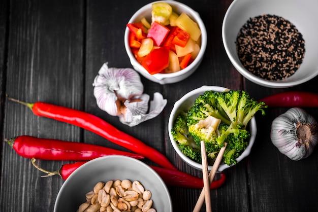 Вид сверху чашек овощей и арахиса Бесплатные Фотографии