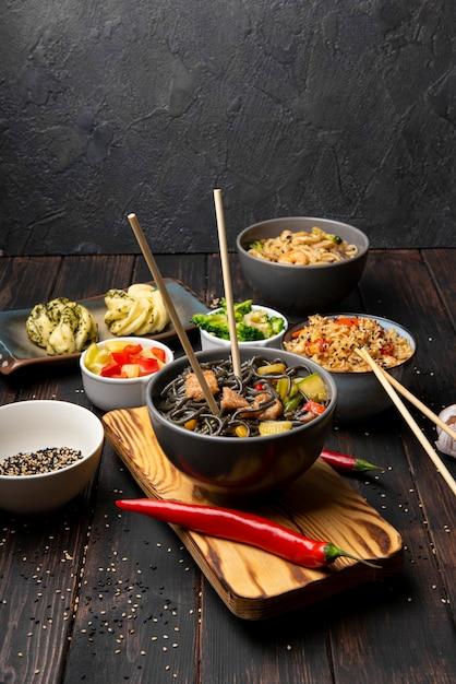 唐辛子とゴマの麺のボウル 無料写真