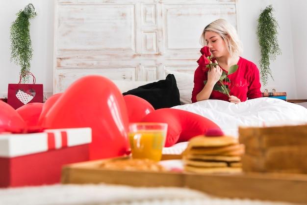 バレンタインの日に赤いバラを持つ女性 無料写真