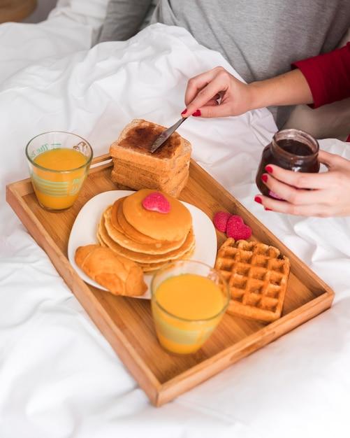 バレンタインデーのためのクローズアップ朝食 無料写真