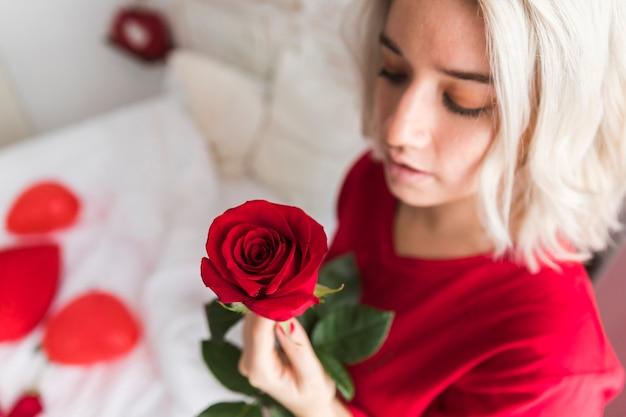 Крупным планом женщина, держащая красная роза Бесплатные Фотографии