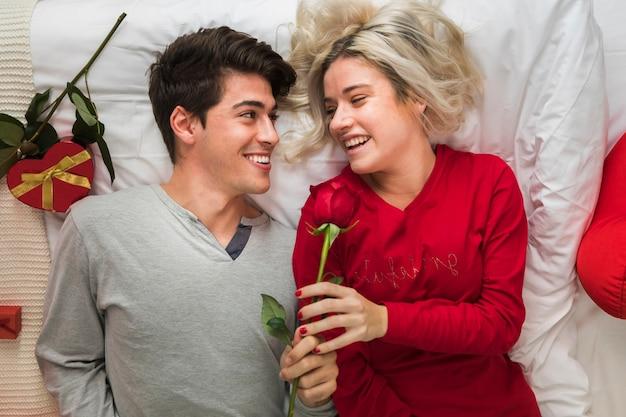 Пара на день святого валентина утром Бесплатные Фотографии
