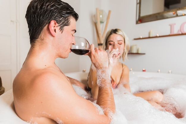 バレンタインの日に入浴カップル 無料写真
