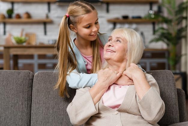 祖母と孫娘がお互いのミディアムショットを見て 無料写真