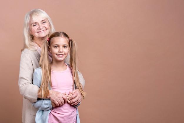 Бабушка и внучка с копией космического фона Бесплатные Фотографии