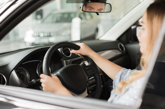 Женские руки держат колесо современного автомобиля Бесплатные Фотографии