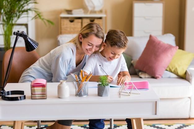 母と息子が宿題を屋内で 無料写真