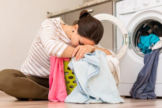 Измученная женщина стирает белье Бесплатные Фотографии