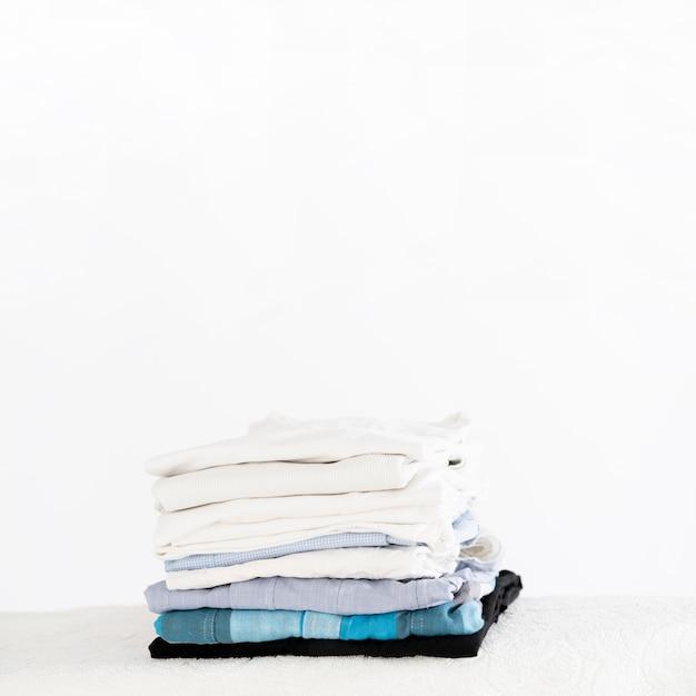 Куча чистой одежды копией пространства Бесплатные Фотографии