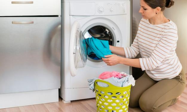 洗濯をしているカジュアルな女性 無料写真